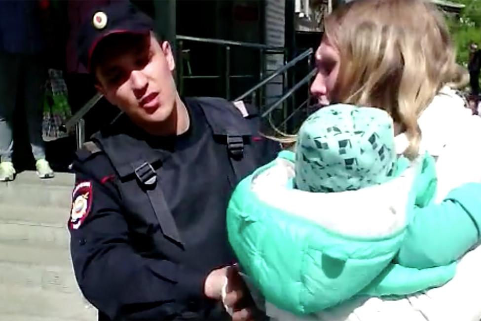 Полиция Екатеринбурга силой задержала девушку сребенком наруках зауличную торговлю