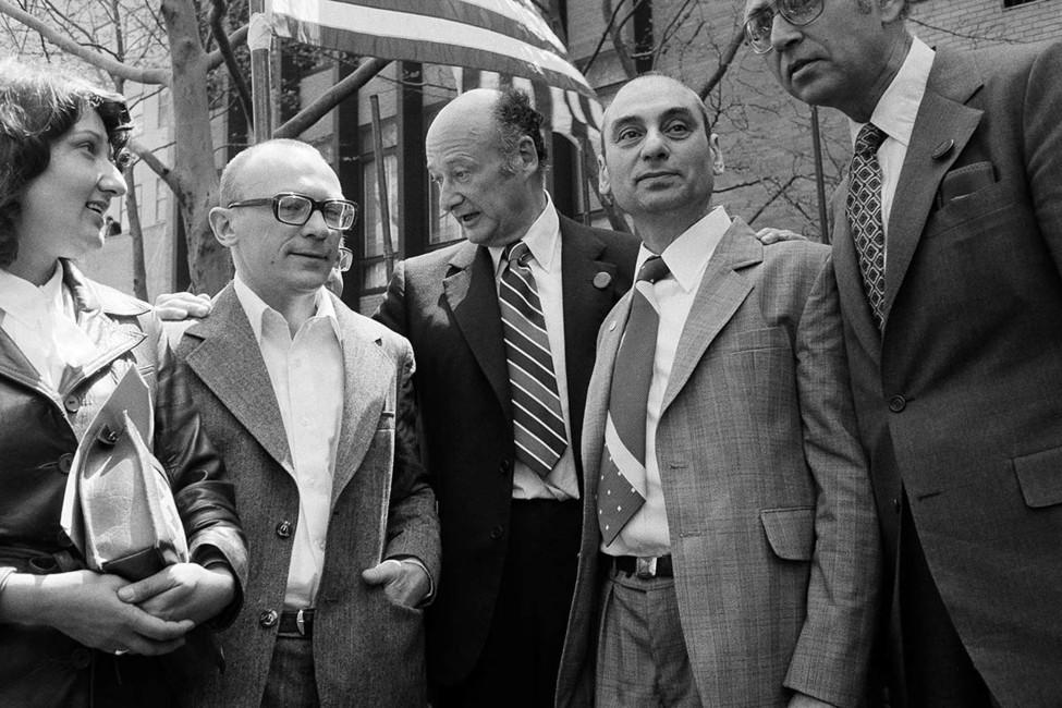 Эдуард Кузнецов сженой (слева) вНью-Йорке в1979году. Фото: AP