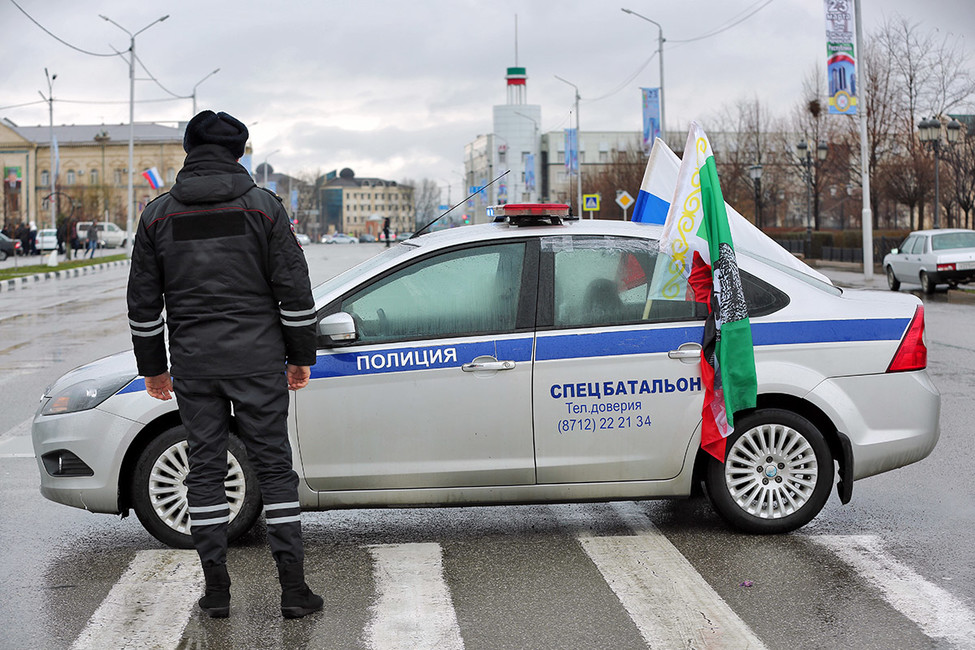 Сотрудник полиции наодной изулиц Грозного. Фото: Магомед Чабаев/ Коммерсантъ