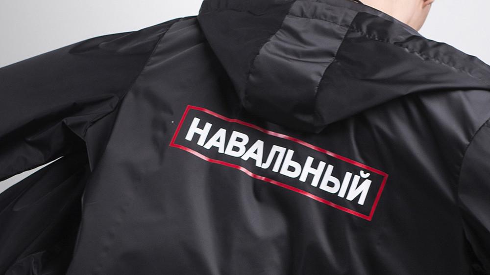 Бренд BatNorton выпустил футболки идождевики «Навальный»