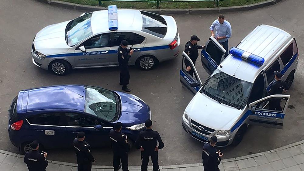 Навального задержали вподъезде дома