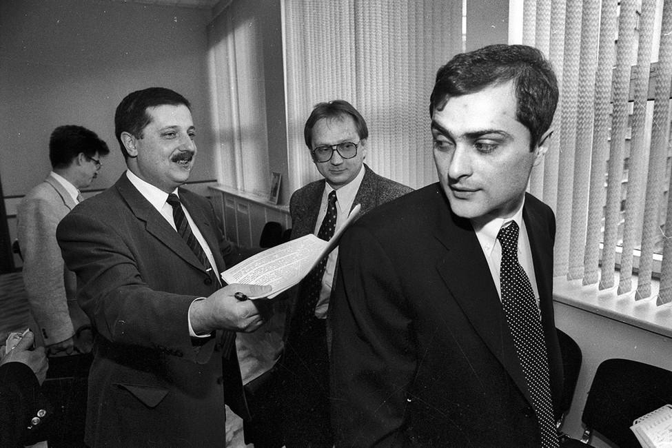 Владислав Сурков (справа), 1997год. Фото: Дмитрий Духанин/ Коммерсантъ