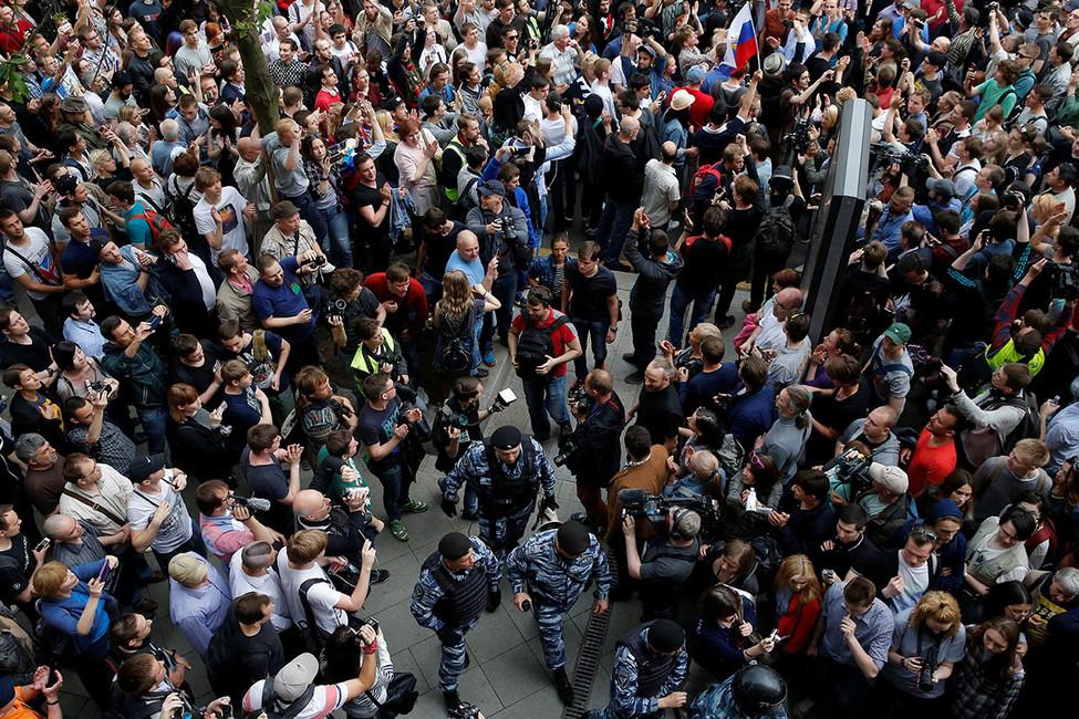 Внападении наполицейского вовремя акции наТверской обвиняют 17-летнего анархиста
