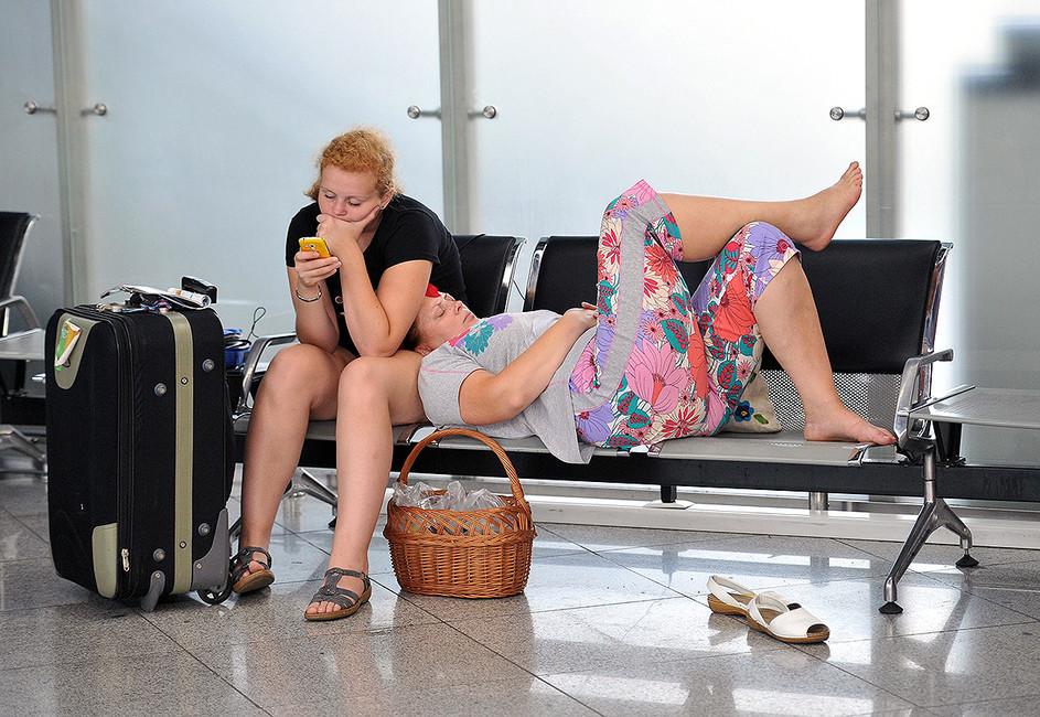 Пассажиры взале ожидания ваэропорту Сочи. Фото: Александр Жданов/ Коммерсантъ