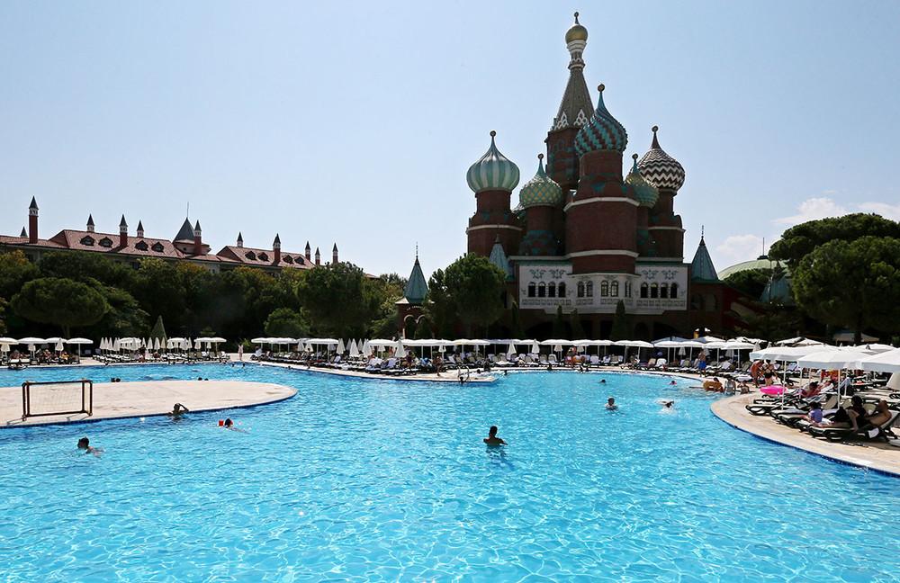На территории отеля Kremlin Palaсe в Анталье, Турция. Фото: Александр Демьянчук / ТАСС