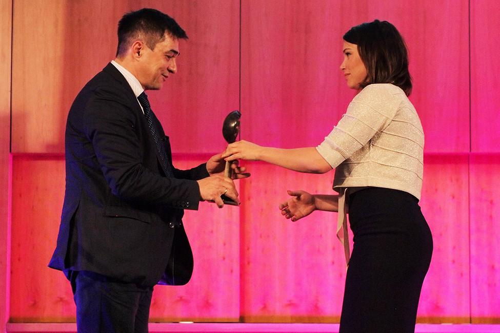 Жанна Немцова вручает премию, учрежденную фондом Бориса Немцова, Сергею Давыдису, 12июня 2017года. Фото: Павел Елизаров