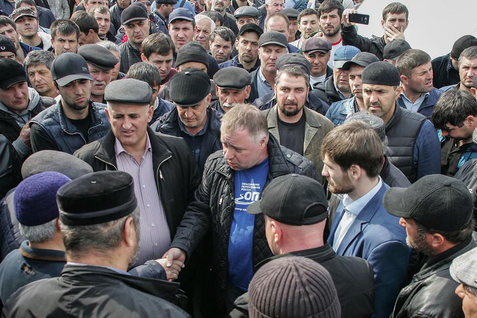 Андрей Бажутин (вцентре) влагере протестующих дальнобойщиков впоселке Манас. Фото: Ильяс Хаджи/ NewsTeam/ ТАСС