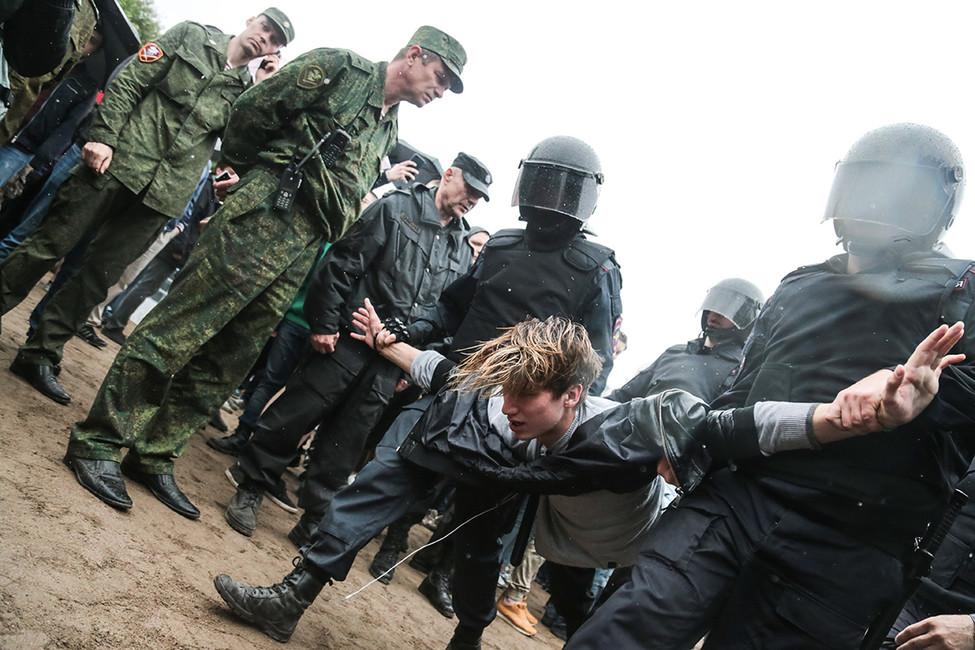 Задержание вовремя акции протеста наМарсовом поле вСанкт-Петербурге, 12июня 2017года. Фото: Егор Руссак/ NURPHOTO/ AFP