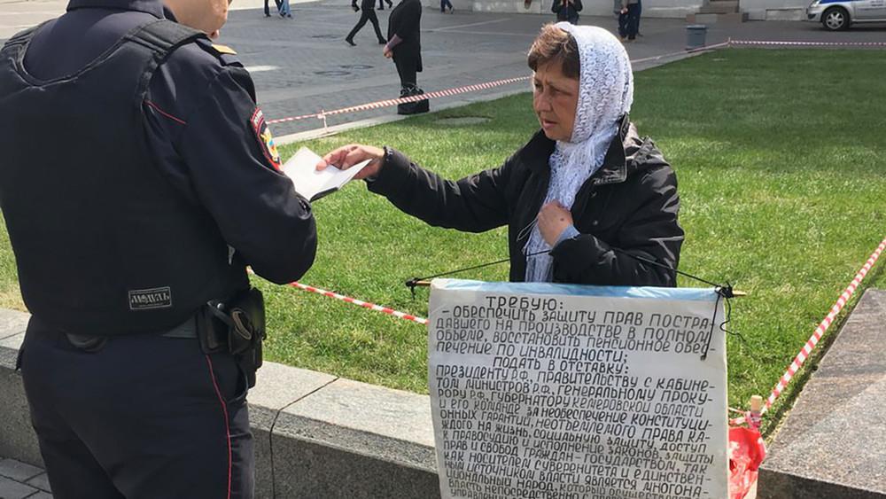 Мать шахтера-инвалида задержали заодиночный пикет наМанежной площади