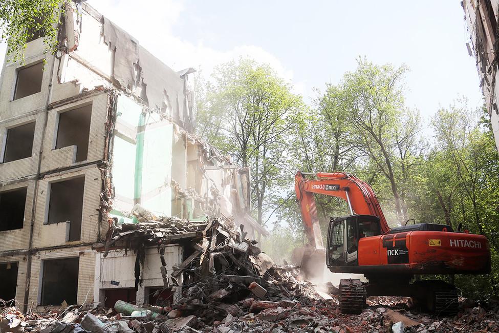 Снос пятиэтажки первого периода индустриального домостроения вМоскве. Фото: Артем Коротаев/ ТАСС