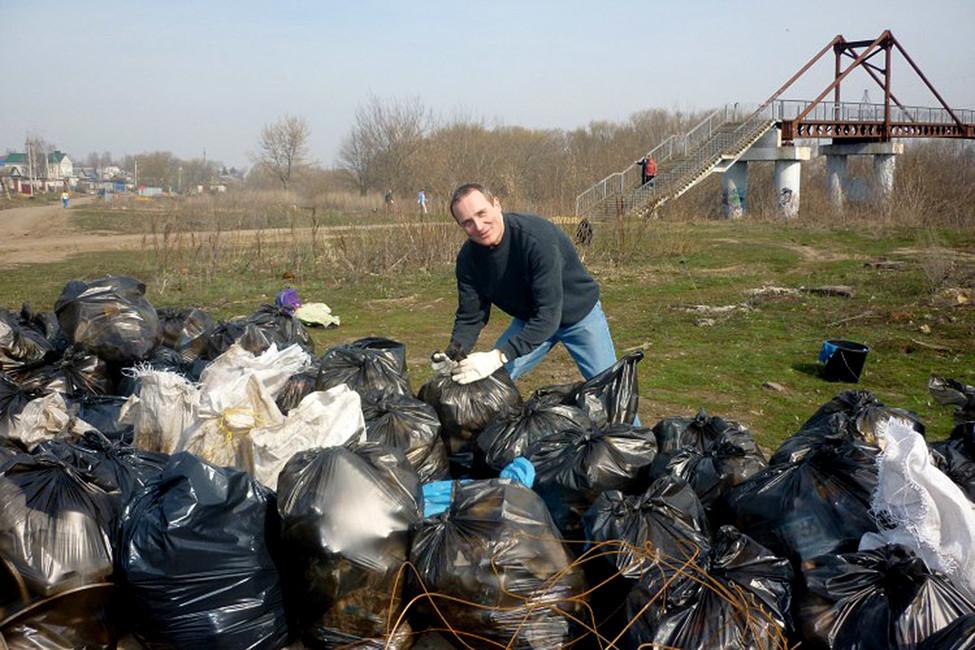 Деннис Кристенсен вовремя уборки территории вОрле. Фото: jw-russia.org