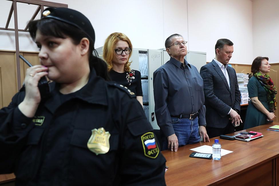 Алексей Улюкаев (третий справа) вБасманном суде. Фото: Артем Коротаев/ ТАСС