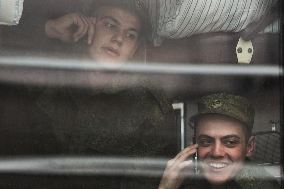 Призывники ввагоне поезда вовремя проводов нажелезнодорожном вокзале. Фото: Дмитрий Феоктистов/ ТАСС