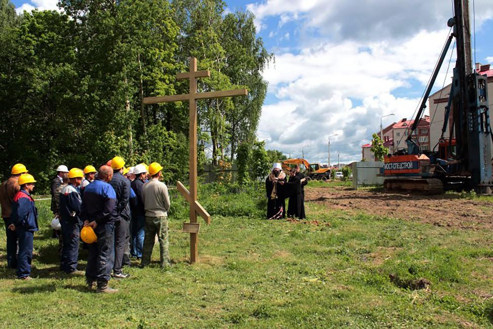 Священники вовремя благословления строительства. Фото: Смоленская епархия