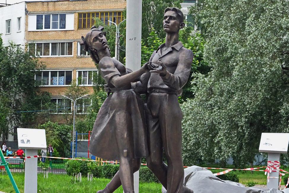 «Как-то нетак ясебе вальс представляла»: священник установил памятник участникам ВОВ с«обнаженной грудью»