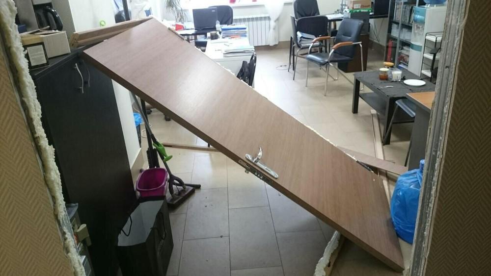 Выломанная дверь вофисе нижегородского отделения движения «Открытая Россия». Фото: Открытая Россия