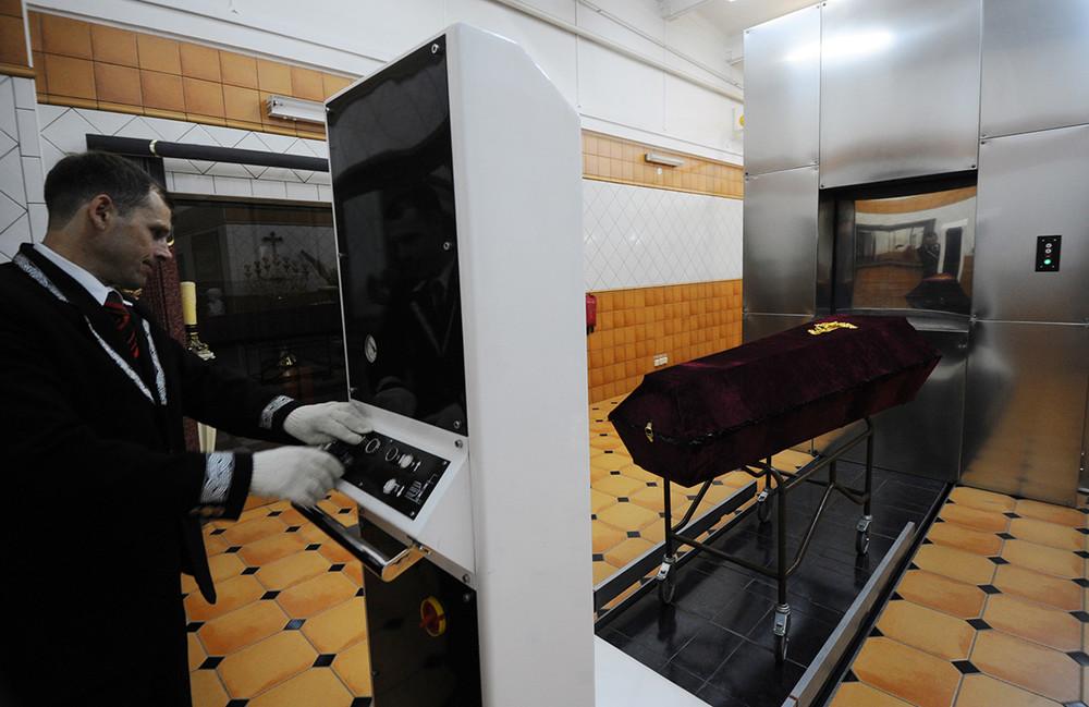 Работа Новосибирского Кремационного комплекса. Фото: Оксана Мамлина/ ТАСС