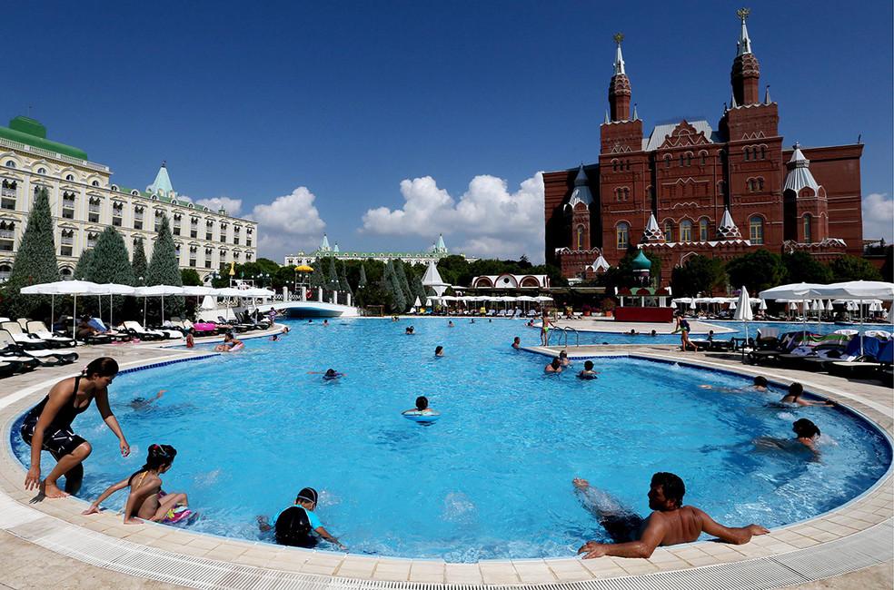 Отдыхающие натерритории отеля Kremlin Palaсe. Фото: Александр Демьянчук/ ТАСС