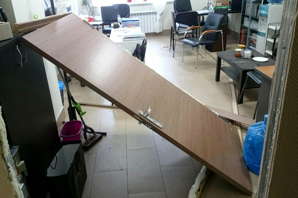 Выломанная дверь вофисе Открытой России вНижнем Новгороде. Фото: Открытая Россия
