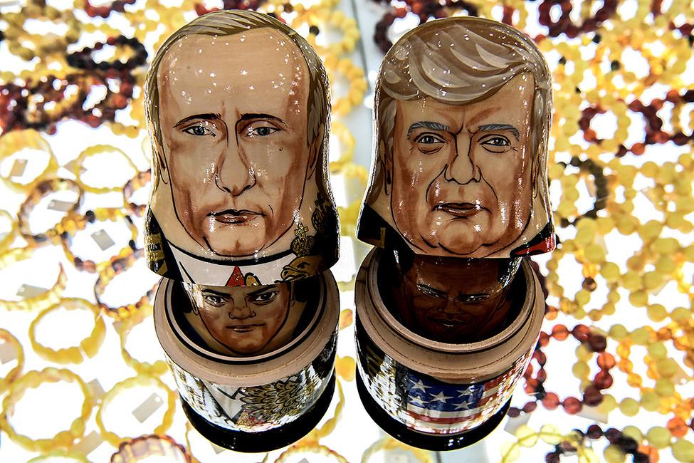 Матрешки ввиде Владимира Путина иДональда Трампа всувенирном магазине вцентре Москвы. Фото: Кирилл Кудрашев/ AFP