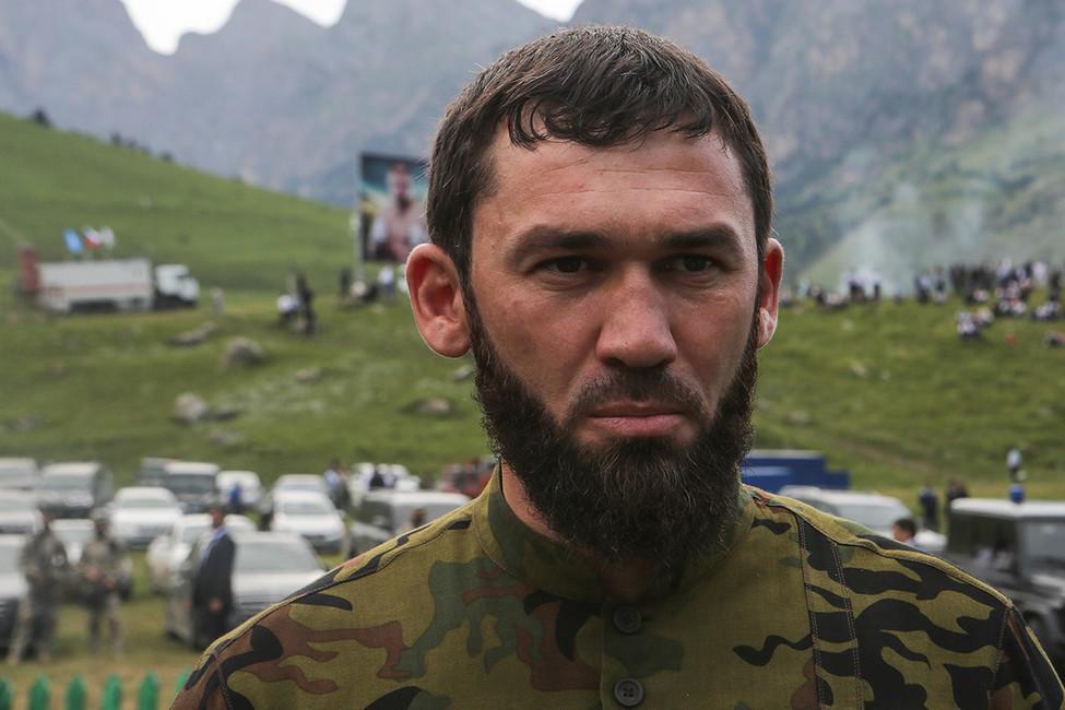 «Кавказский узел»: жители дагестанского села закидали камнями спикера парламента Чечни