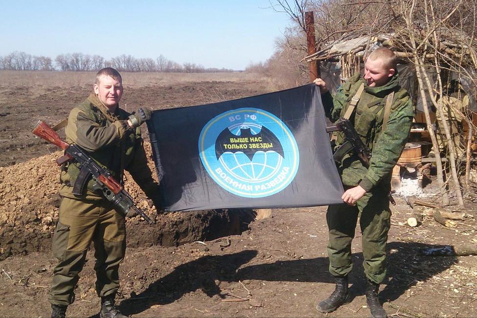 Виктор Агеев (слева) сфлагом российской военной разведки. Источник: