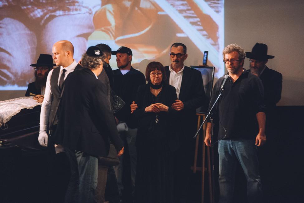 Мать Антона Носика Виктория Мочалова (вцентре кадра) иАрсен Ревазов (умикрофона) вовремя церемонии прощания