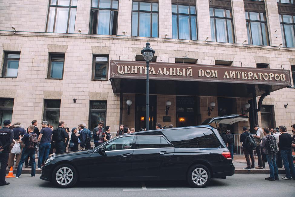Вовремя церемонии прощания сАнтоном Носиком вЦентральном доме литераторов