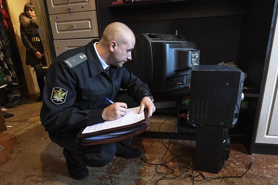 Казаки-разбойники: российские должники против судебных приставов