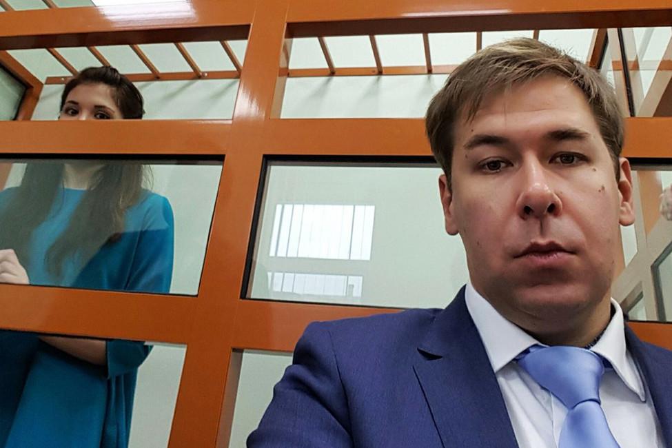 Илья Новиков иВарвара Караулова вздании суда. Фото: @vertiporokh/ twitter