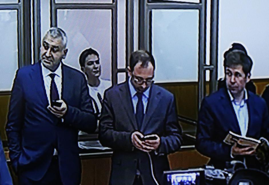 Наэкране слева направо: Илья Новиков, Марк Фейгин, Надежда Савченко иНиколай Полозов вДонецком городском суде. Фото: Валерий Матыцин/ ТАСС