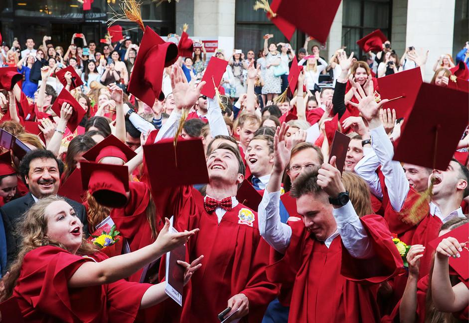 Выпускники вовремя церемонии вручения красных дипломов. Фото: Александр Шалгин/ пресс-служба Госдумы РФ/ ТАСС