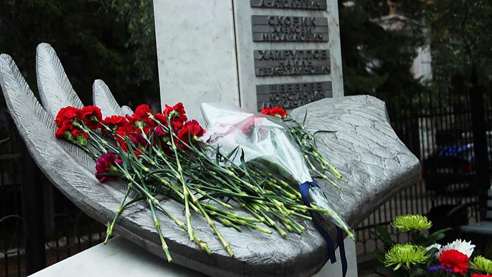 ВТомске кприезду губернатора упамятника погибшим курсантам убрали свежие цветы отродных