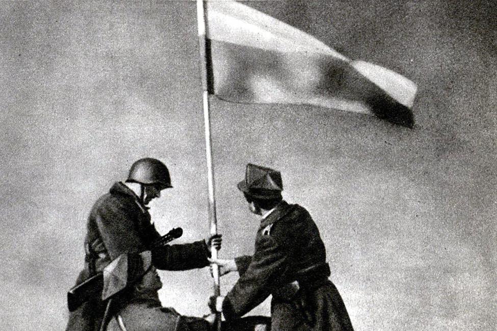 Воодружение флага Польши над Варшавой, 1945год. Источник: regnum.ru