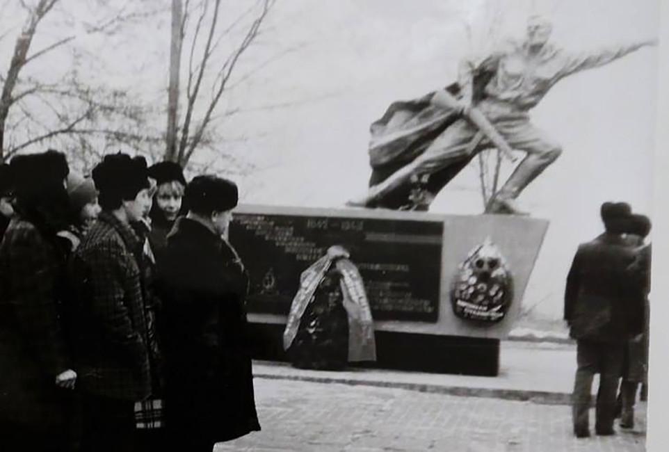 Репродукция фотографии спамятником защитникам Сталинграда вНижнем поселке ВГТЗ. Фото: Валерий Котельников