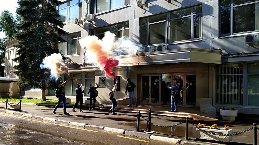 Активисты «Левого блока» заблокировали офис Роскомнадзора вМоскве