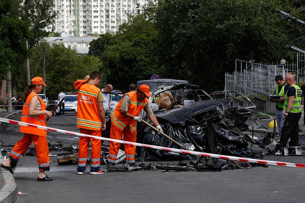Наместе взрыва автомобиля Максима Шаповала. Фото: Sergii Kharchenko/ Zuma/ ТАСС
