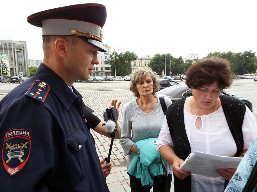 Елена Парий зачитывает неожиданно появившемуся полицейскому маршрут из уведомления