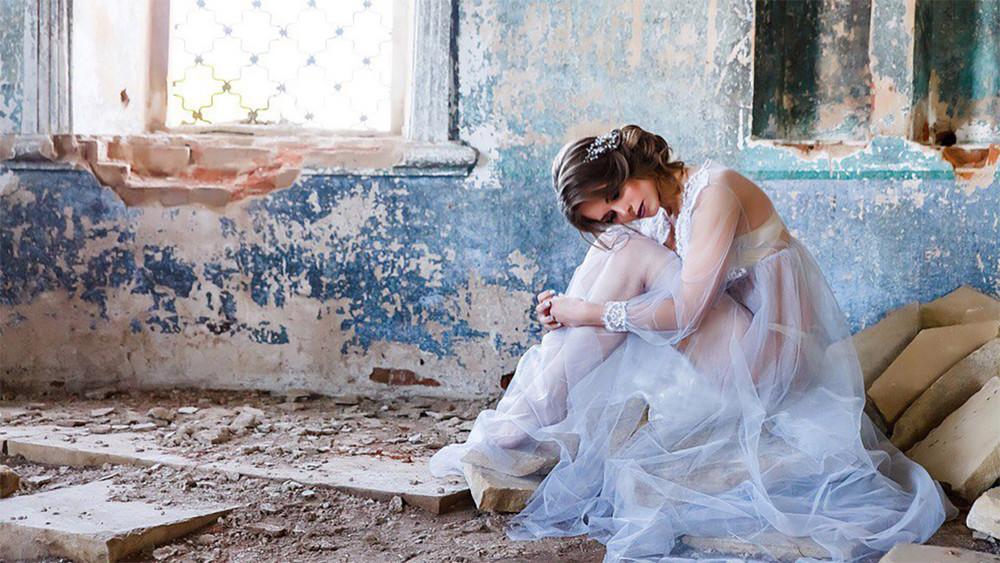 СКначал проверку фотосессии вполуразрушенном храме смоделью вполупрозрачном платье