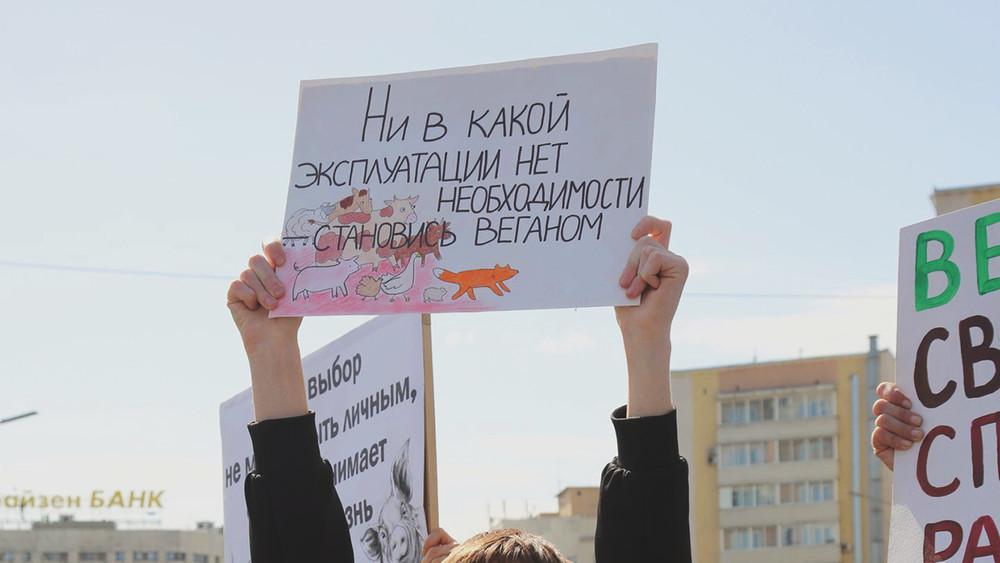 Московского активиста оштрафовали завеганский плакат напервомайском шествии