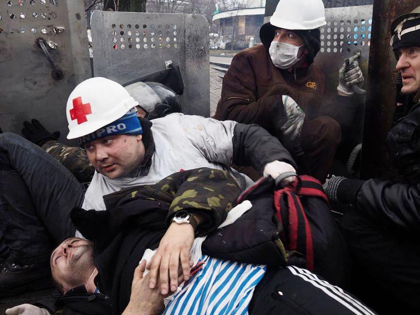 Иван Раповой, раненый наИнститутской улице 20февраля 2014 года (втельняшке) Фото: Евгения Закревская/ Facebook