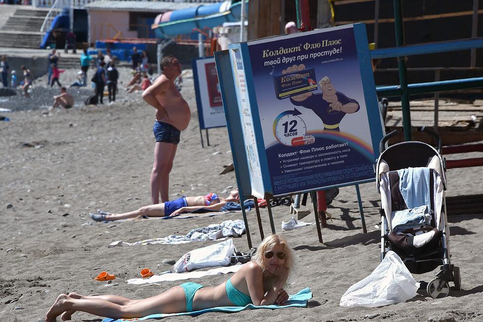 Отдыхающие вАлуште, Крым. Фото: Виктор Коротаев/ Коммерсантъ
