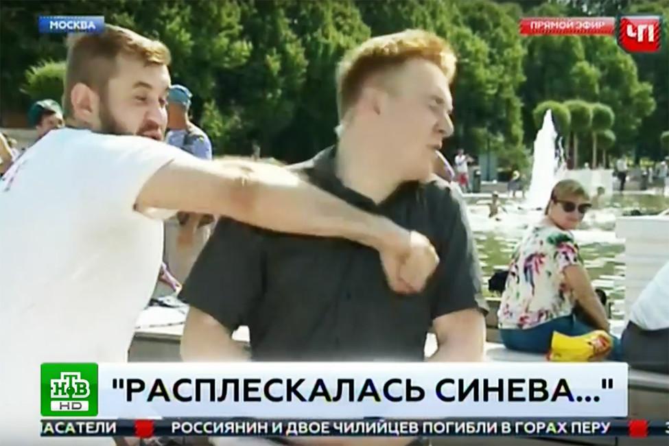 Нападение нажурналиста НТВ впрямом эфире. Кадр извидео