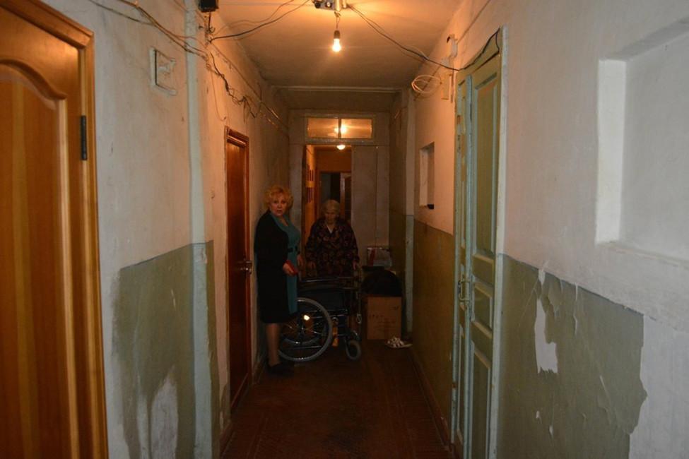 Тамара иРаиса Ивановна вкоридоре барака. Фото: Иван Жилин/ «Новая газета»