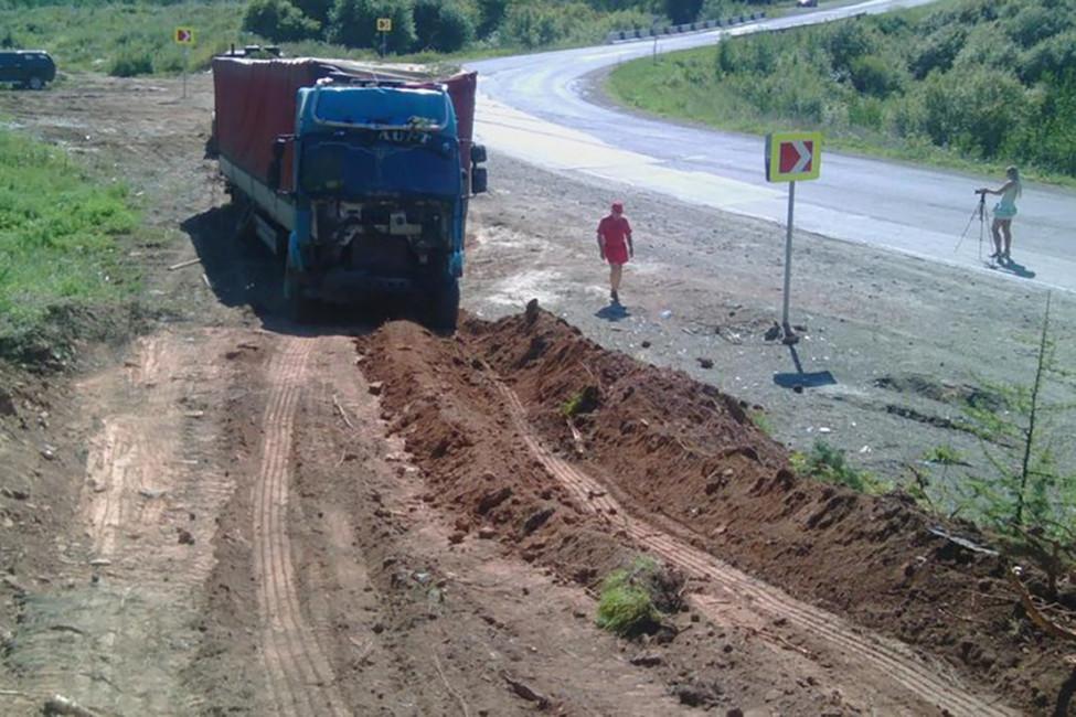 ВКрасноярском крае сотрудники ДПС вытащили дальнобойщика, который две недели немог выбраться излеса