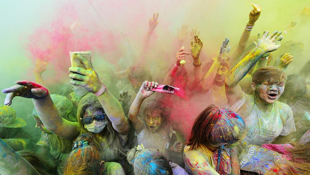 «Обряд поклонения дьяволице»: как свадебный фотограф запрещает фестиваль Холи вгородах России
