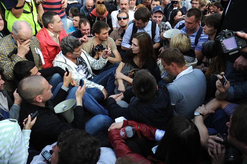Сергей Удальцов (слева), Борис Немцов (вцентре слева) вовремя сидячей забастовки наакции «Марш миллионов» наБолотной площади, 2012год. Фото: Митя Алешковский/ ТАСС