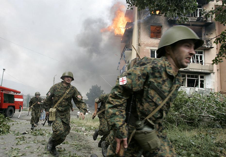 Грузинские солдаты после российской бомбардировки вГори, август 2008года. Фото: David Mdzinarishvili/ Reuters