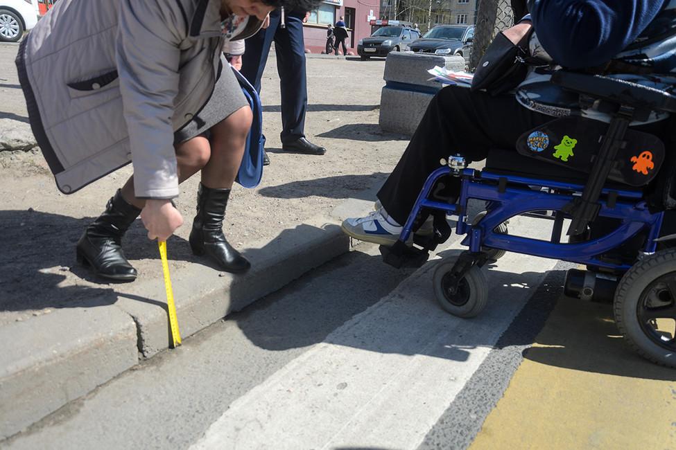 Фальшпандусы, травмоопасная разметка инеработающие подъемники: как вРоссии облегчают жизнь инвалидам