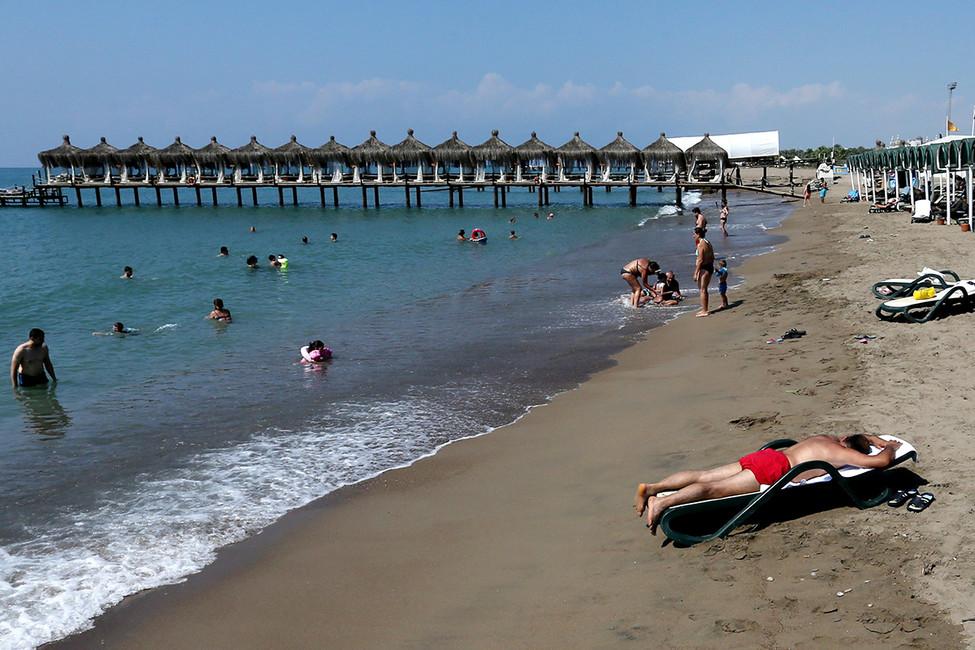 Отдыхающие наодном изпляжей Антальи. Фото: Александр Демьянчук/ ТАСС